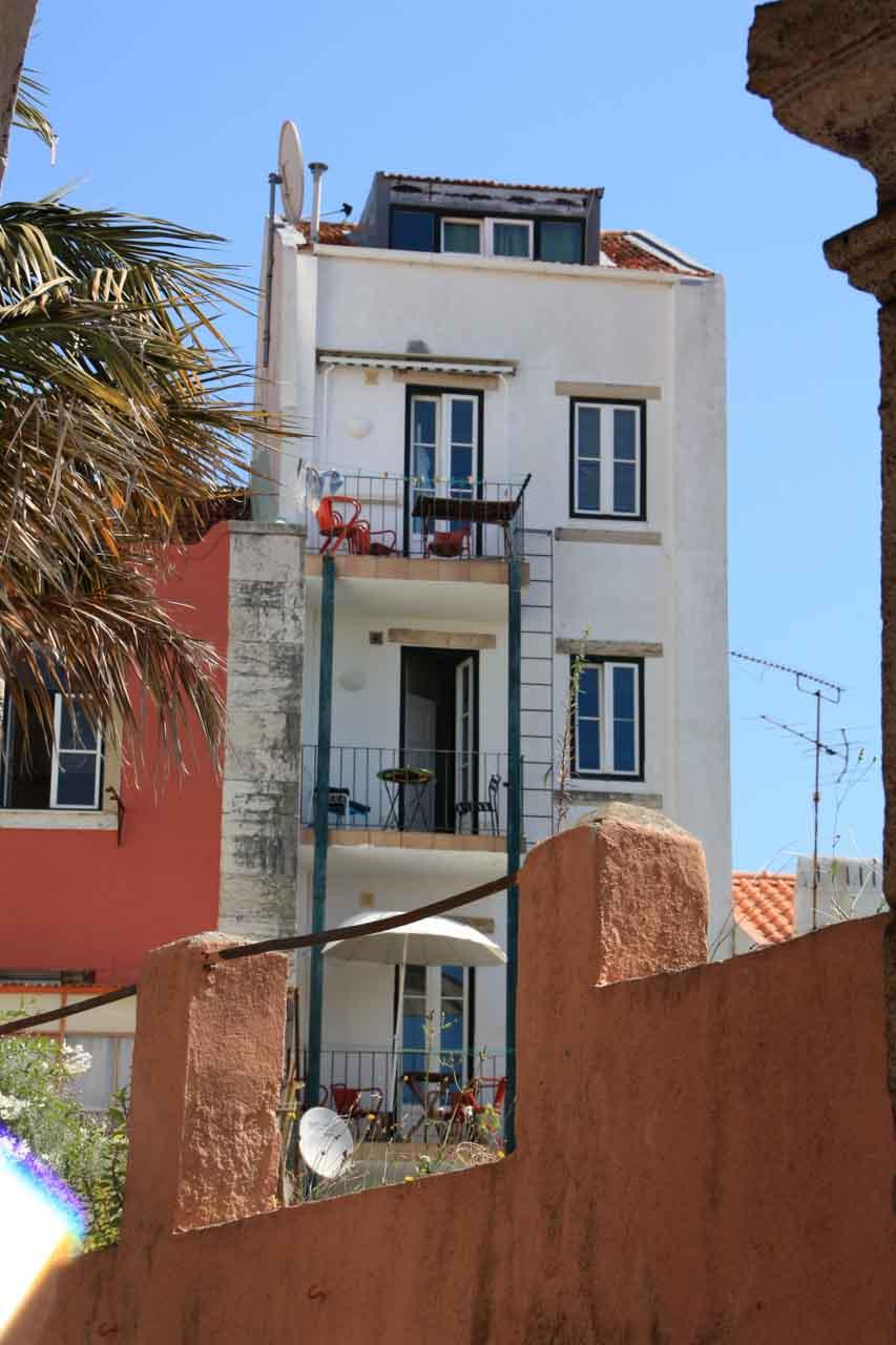 Rückseite unseres Haus mit den beiden Wohnungen Apartamento Lino im 2. und 2. Stock - vom benachbarten Garten aus fotografiert.