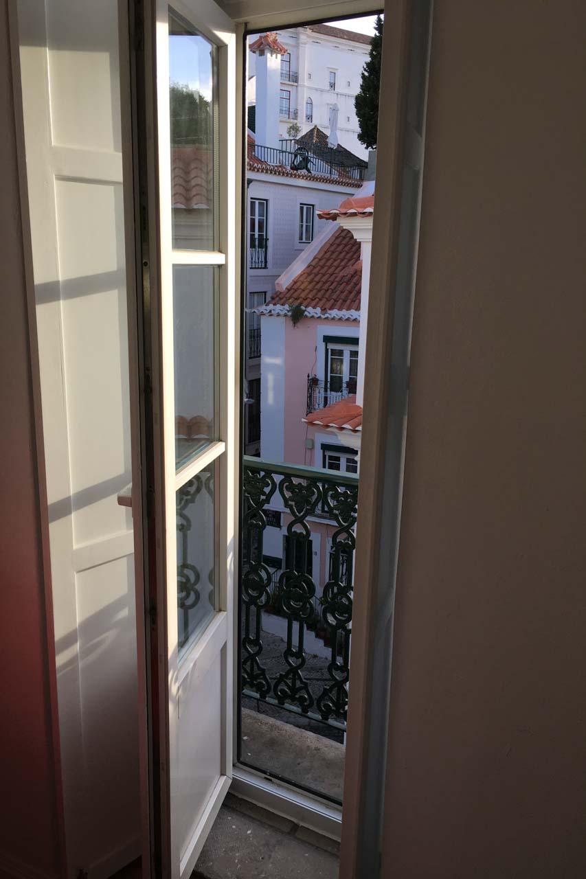 Apartamento Lino 3. Stock Lino Lissabon, kleiner Balkon im Wohnzimmer
