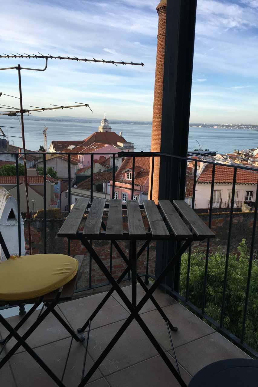 Balkon Wohnung über Lissabon 3. Stock, Blick über die roten Dächer der Altstadt und auf den Tejo, sehr ruhig.