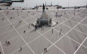 Foto von berühmten Platz in Lissabon, hier treffen sich wie auf dem Bild die Menschen der Stadt. Man sieht den Tejo, den Platz, die Menschen. Die Reiterstatue auf der Mitte des Platzes stellt José I. dar, entworfen von Joaquim Machado de Castro.