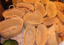 Regionaler Erzeugermarkt in Lagos, Algarve. Auf dem Bild werden handgeflochtene Korbtaschen gezeigt, die weich sind und in heller Farbe, vergleichbar mit Strohfarben.