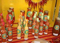 Regionaler Erzeugermarkt in Lagos, Algarve. Hier werden in etwa 15cm kleinen Flaschen Würzmischungen mit Piripiri angeboten, dem Gewürz das besonders bei Hühnchen verwendet wird.
