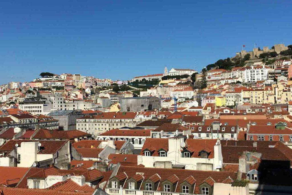 Foto von Lissabon mit zwei von seinen Hügel und sein Schloss