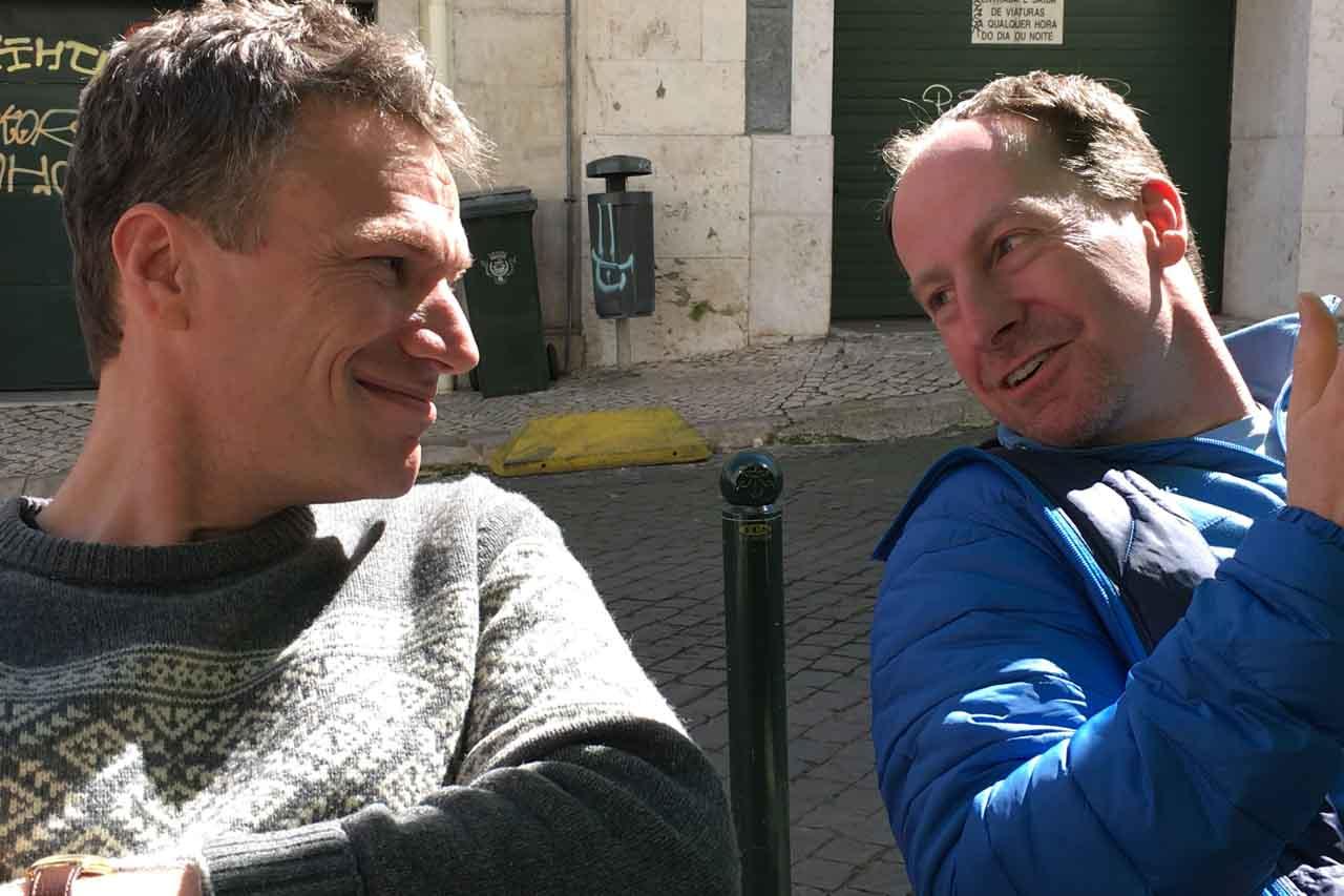 Yoga Städtereise in Lissabon, Jens Wittkamp und ein Teilnehmer unterhalten sich gut gelaunt.