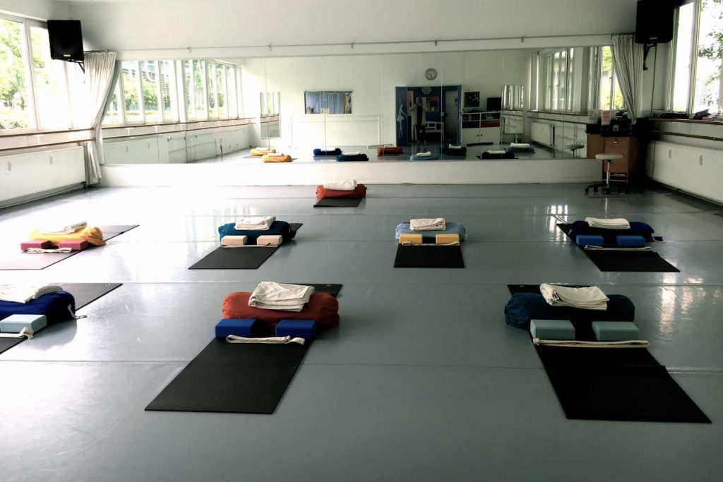 Iyengar Workshop mit Edith Wittkamp, man sieht hier den Veranstaltungsort, den Raum der Ballettakademie Wiesbaden