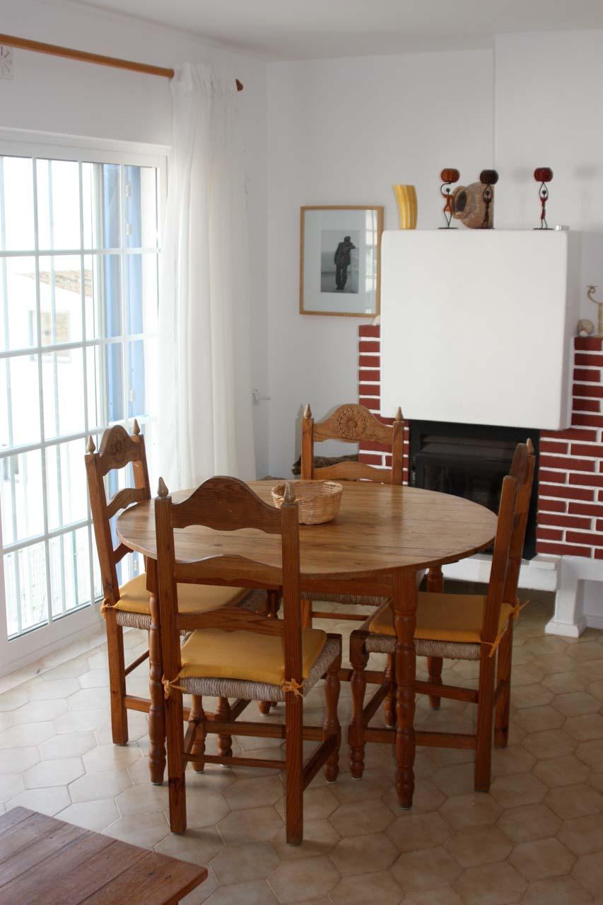 Casa Valéria 1. Stock Wohnzimmer Burgau mit Kamin, Sonos Musikanlage, TV, Heizung, phantastischen Meerblick, einem großen runden Esstisch, vier Stühle, ein Ibach Klavier, sehr gut und auf Wunsch wird es geöffnet.