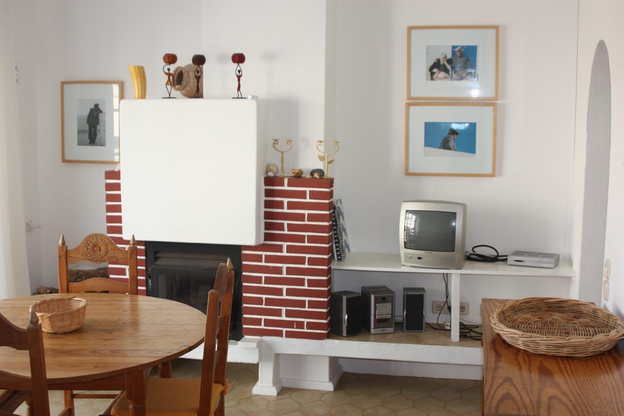 Casa Valéria Wohnzimmer Burgau mit Kamin, Sonos Musikanlage, TV, Heizung, phantastischen Meerblick, einem großen runden Esstisch, vier Stühle, ein Ibach Klavier, sehr gut und auf Wunsch wird es geöffnet.