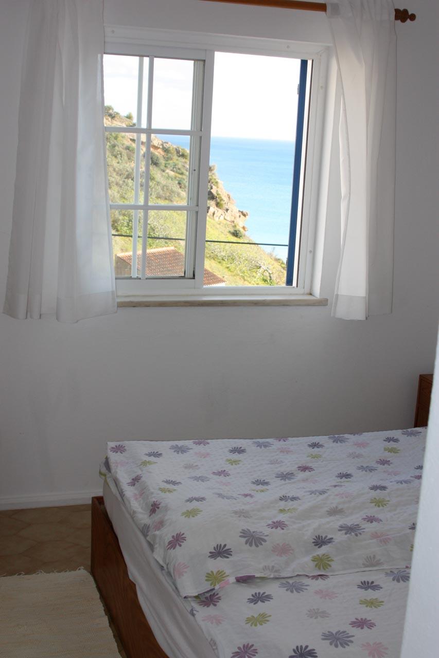 Casa Valéria, Schlafzimmer mit Doppelbett, Bücher, Einbauschrank, Meerblick, Klimaanlage und Heizung - gemütlich zu jeder Jahreszeit