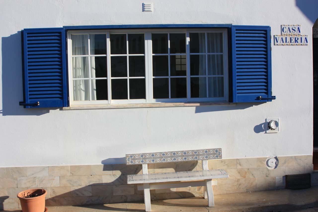 Casa Valéria Vorderseite mit unserer Bank aus portugiesischen handgemalten Kacheln
