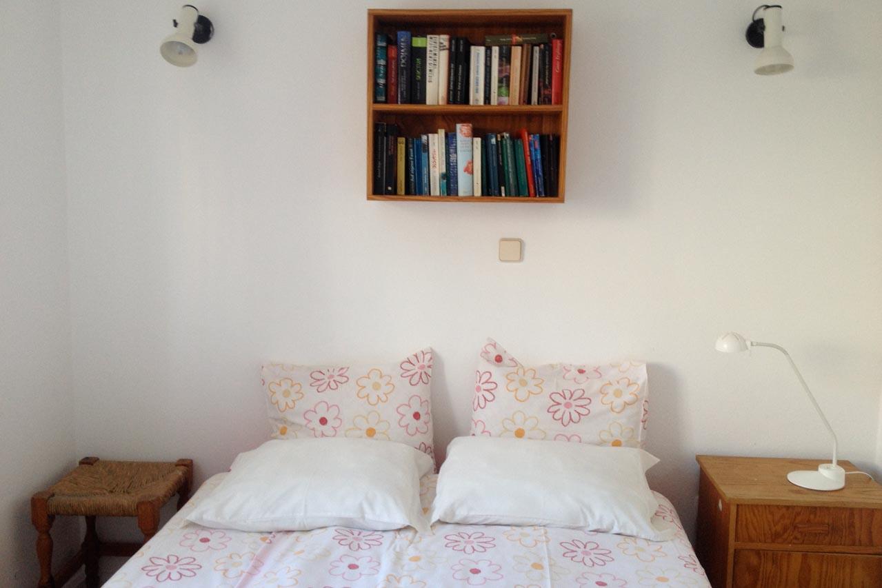Auf dem Foto ist das Schlafzimmer mit Doppelbett, Einbauschrank auf der rechten Seite, ein Bücherregal, es gibt auch eine Klimaanlage und eine Heizung - hier ist es zu jeder Jahreszeit gemütlich