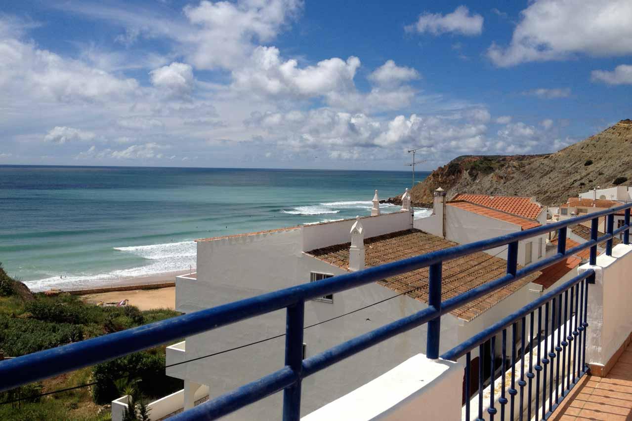 Das Casa Valéria sieht man hier mit seiner ca. 70 qm grossen Dachterrasse. Es gibt einen phantastischen Blick auf den Atlantik der unterhalb des Casa Valeria liegt und hier zu sehen ist. Man hört die Wellen, fühlt die Meeresluft auf seiner Haut.