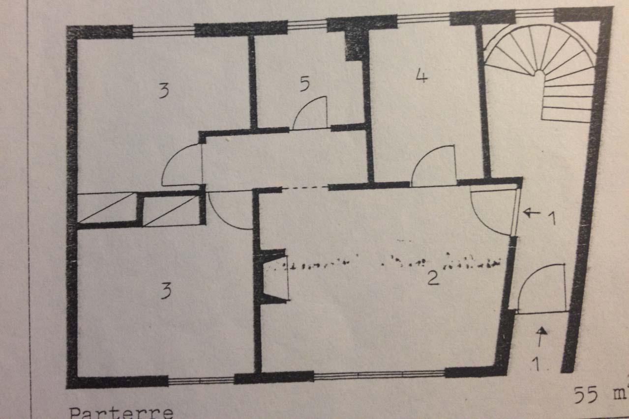 Das Casa Valeria ist hier auf dem Grundriss dargestellt, einer Zeichnung des Architekten. Man sieht, dass die Wohnung im EG circa 56 qm hat, ein Wohn-Esszimmer, eine Küche, ein Bad und zwei Schlafzimmer. Man kann auch vom EG aus über das Treppenhaus auf die Dachterrasse.