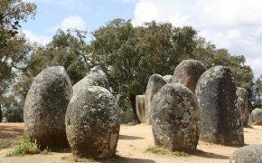 Man sieht auf dem Foto die Megalithen im Distrikt Évora, sie bilden eines von fünf Verbreitungszentren für Dolmen und Menhire in Portugal. Bereits im Jahre 1733, hatte Martin de Pina Mendonça eine erste Studie über die portugiesischen Megalithanlagen erstellt, die zu dieser Zeit, wie anderswo in Europa, als Opferaltäre erklärt wurden.